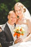 Novia elegante y novio que presentan junto al aire libre en un día de boda Imagenes de archivo