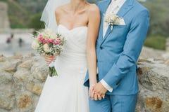 Novia en blanco y novio en azul Imagenes de archivo
