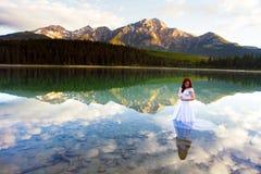 Novia en el agua fotografía de archivo libre de regalías