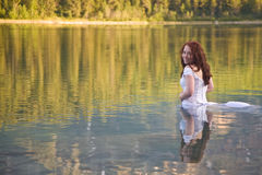 Novia en el agua fotos de archivo