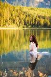 Novia en el agua fotografía de archivo