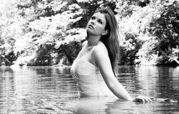 Novia en el agua, blanco y negro Imágenes de archivo libres de regalías