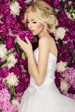 Novia en el fondo de la flor de la peonía foto de archivo