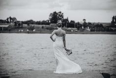 Novia en el lago Imágenes de archivo libres de regalías