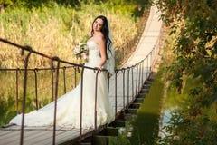 Novia en el puente Fotos de archivo libres de regalías