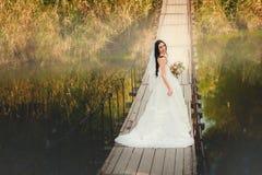 Novia en el puente Imagen de archivo libre de regalías