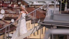 Novia en el tejado almacen de metraje de vídeo