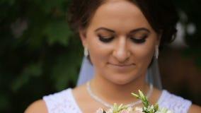 Novia en el vestido de boda con el ramo en almacen de metraje de vídeo
