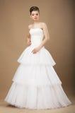 Novia en el vestido largo blanco que presenta en estudio Fotos de archivo
