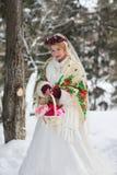 Novia en estilo rojo del ruso de la bufanda Fotos de archivo