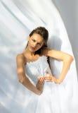 Novia en la alineada de boda blanca Imagenes de archivo