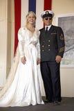 Novia en la alineada de boda de los años 40 que presenta con su padre vestido como oficial de la marina de guerra Fotografía de archivo libre de regalías