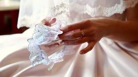 Novia en la digitación de la boda en las manos de una liga almacen de video