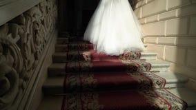 Novia en las escaleras en palacio almacen de metraje de vídeo