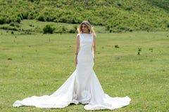 Novia en las montañas El concepto de forma de vida y de boda Foto de archivo libre de regalías