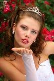 Novia en las rosas rojas Imagen de archivo libre de regalías