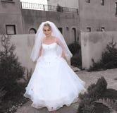 Novia en su manera a la iglesia Fotos de archivo