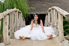 Novia en un puente en su día de boda Fotos de archivo libres de regalías