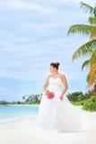 Novia en una playa en el centro turístico de Kuredu, isla de Maldives imagenes de archivo