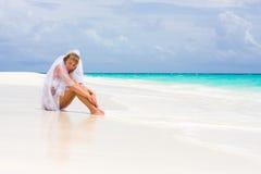 Novia en una playa tropical fotos de archivo
