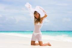Novia en una playa tropical Fotografía de archivo libre de regalías