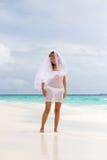 Novia en una playa tropical Foto de archivo