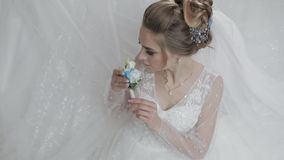 Novia en vestido de boda con el peque?o ramo a disposici?n Mujer bonita y bien arreglada metrajes