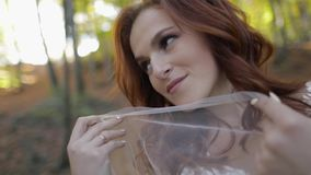 Novia en vestido de boda con velo en el Forest Park Feliz Mujer en amor almacen de video