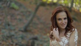 Novia en vestido de boda que camina en el Forest Park Feliz Mujer en amor almacen de video