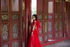Novia en vestido tradicional en Royal Palace en tonalidad, Vietnam Fotografía de archivo