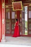 Novia en vestido tradicional en Royal Palace en tonalidad, Vietnam Imagen de archivo