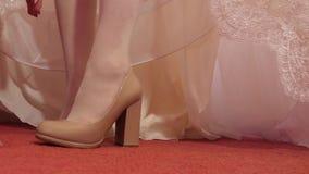Novia en zapatos de tacón alto de los zapatos de vestir blancos Primer Zapatos que llevan de la mujer almacen de metraje de vídeo
