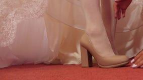 Novia en zapatos de tac?n alto de los zapatos de vestir blancos Primer Zapatos que llevan de la mujer almacen de video