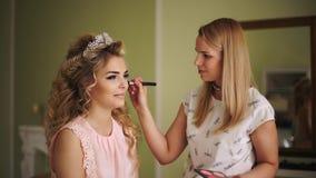Novia encima de sus mejillas Maquillaje profesional para la mujer con la piel joven sana de la cara almacen de video