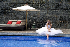Novia feliz cerca de una piscina Foto de archivo