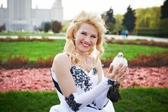 Novia feliz con la paloma Imagen de archivo