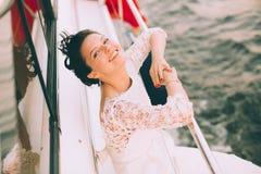 Novia feliz en un yate que viaja junto Imagen de archivo libre de regalías