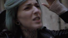 Novia femenina joven enojada que grita en su novio Grito y gesto almacen de metraje de vídeo