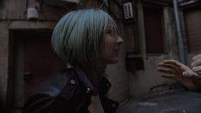 Novia femenina joven enojada que grita en su novio Grito y gesto metrajes
