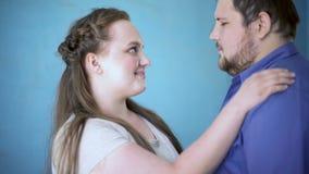 Novia gorda que cuida que frota ligeramente la cara de los novios, felicidad de la relación, afecto almacen de metraje de vídeo