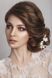 Novia hermosa con el peinado de la boda de la moda - en el fondo blanco Fotos de archivo