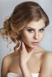 Novia hermosa con el peinado de la boda de la moda - en el fondo blanco Imagen de archivo libre de regalías