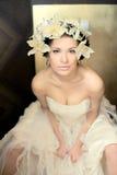 Novia hermosa con las flores en la posición sexual Imagenes de archivo