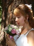 Novia hermosa con las rosas Imagenes de archivo