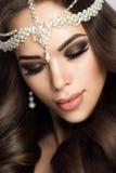 Novia hermosa con maquillaje y el peinado de la boda Fotografía de archivo
