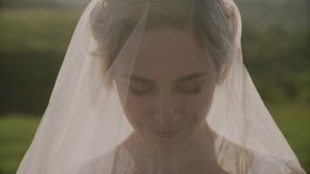 Novia hermosa debajo de un velo Retrato de boda de un primer lindo de la novia Día de boda Sonrisa de la novia almacen de metraje de vídeo