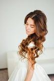 Novia hermosa El peinado de la boda y compone Foto de archivo libre de regalías