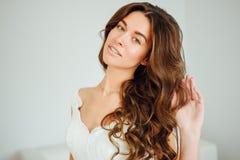 Novia hermosa El peinado de la boda y compone Fotografía de archivo libre de regalías