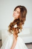 Novia hermosa El peinado de la boda y compone Imagen de archivo