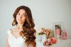 Novia hermosa El peinado de la boda y compone Imagenes de archivo